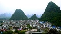 Desde la cima del Parque de Yangshuo se puede ver todo el centro de la ciudad, fácilmente accesible a pie