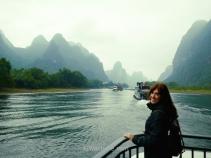 Foto desde la proa de nuestro barco en el Río Li, sin duda la mejor forma de ir de Guilin a Yangshuo o viceversa