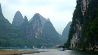 Barcos navegando en el Río Li desde Guilin a Yangshuo, China