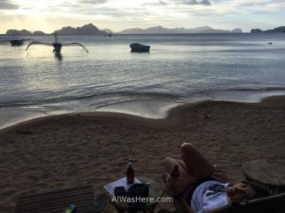 Tomando una cerveza en un chiringuito en la playa de Corong Corong