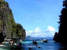 Bangkas cargados de turistas entrando en fila por el canal de acceso al Big Lagoon. El Nido, Palawan