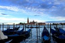 Góndolas frente a la Basílica de San Giorgio Maggiore, Venecia, Italia