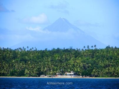 Si no veis a los tiburones, al menos las vistas del volcán Mayon, que está considerado el cono volcánico más perfecto que existe, son excelentes