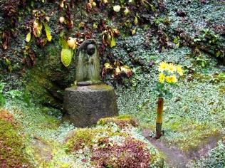 Estatua en el sendero Daibutsu, Kamakura