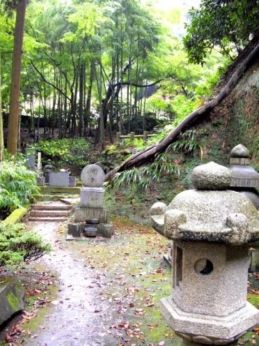 El sendero Daibutsu alterna zonas con elementos tradicionales japoneses...