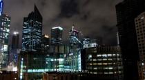 Bajo el aspecto Blade Runner, veremos que el rascacielos de la derecha de la imagen está abandonado