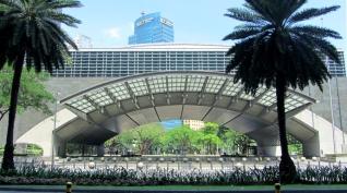 El arco de la Bolsa de Valores a la entrada del Ayala Triangle Gardens