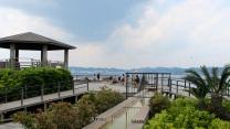 Visitantes disfrutando de las aguas termales libres con vistas a la ciudad de Kagoshima