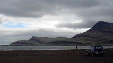 Un 4x4 en una playa de Islandia