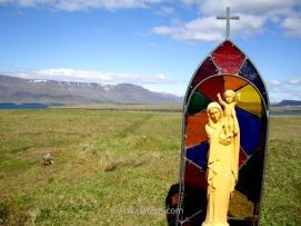 Una escultura religiosa en mitad del campo