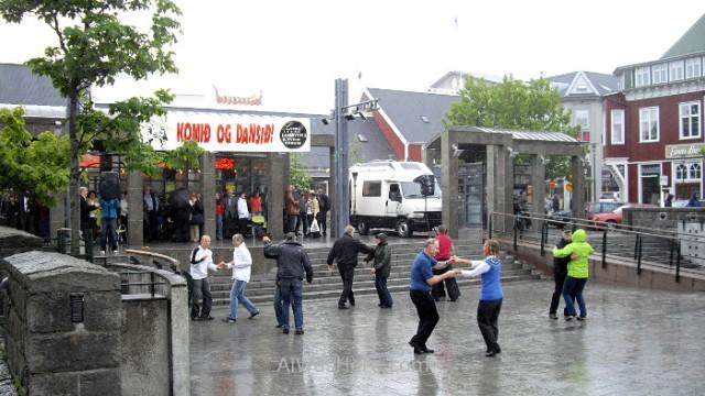 ISLANDIA 4. islandeses bailando bajo la lluvia Icelanders dancing in the rain Iceland