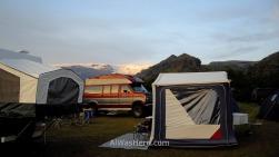 Varias tiendas y una campervan en el camping de Thorsmork