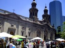 Puestos de venta de cuadros frente a la Catedral Metropolitana, Plaza de Armas, Santiago de Chile
