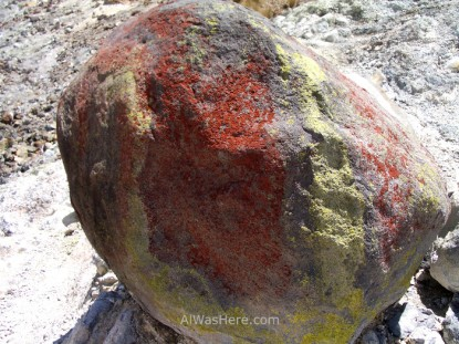 Roca cubierta de restos de hierro y azufre