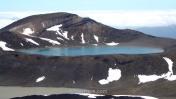 El camino prosigue por el filo del Lago Azul