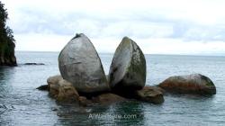 """El Split Apple (que significa """"manzana partida) Rock es una curiosa roca granítica partida en dos situada en un promontorio a apenas 50 metros metros de la orilla en Kaiteriteri, pero a poca profundidad, puede llegarse a ella en kayak o incluso vadeando en marea baja. Otro más de los caprichos de la naturaleza de este país"""