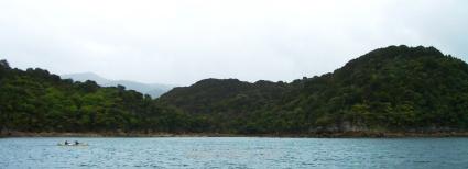 Un kayak frente a la costa, Parque Nacional Abel Tasman
