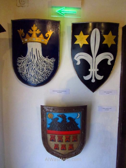 CASTILLO DRACULA 6 escudos heraldicos shields interior inside por dentro Bran Castle Transilvania Rumania Transylvania Romania