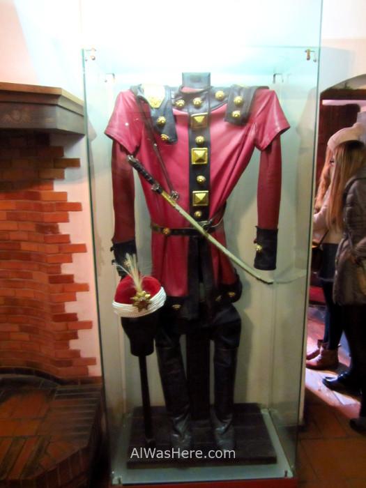 CASTILLO DRACULA 6 ropa clothes interior inside por dentro Bran Castle Transilvania Rumania Transylvania Romania