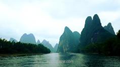 Con altos picos cercanos al río