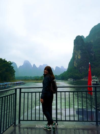 Pili en la popa del barco, poco después de dejar Xingping