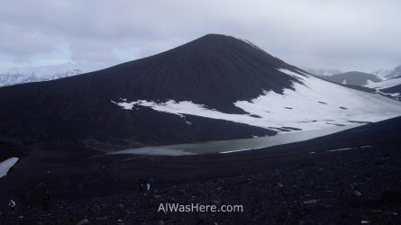 Un subcono volcánico casi perfecto en la Cordillera Telefon, en Telephone Bay