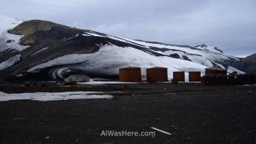 La antigua estación ballenera noruega con los grandes tanques para almacenar grasa y aceite de ballena