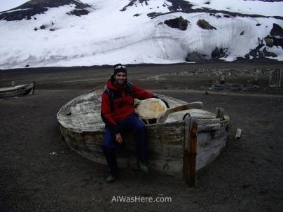 Con una vértebra de ballena en un bote abandonado