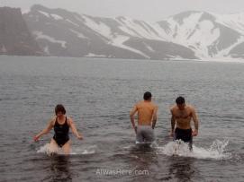 Yo a la derecha de la imagen saliendo del agua mientras nevaba
