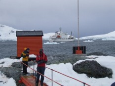 Jordi, biólogo y junto conmigo el otro español del barco, y yo desembarcando en la base argentina
