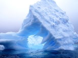 El más azul de los glaciares que vimos en todo el viaje a la Antártida fue éste con forma de triángulo hueco