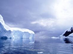 Iceberg a la izquierda de la imagen iluminado por un tímido rayo de sol