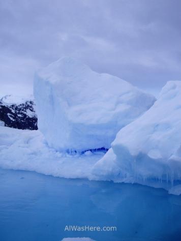 Un iceberg de intenso color azul